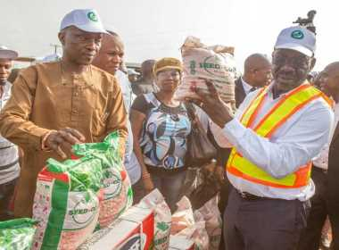 Edo State Governor, Mr. Godwin Obaseki and PDP guber candidate of the interacting with farm produce, during his inspection of Sobe Farm Settlement, in Owan West Local Government Area of Edo State 01